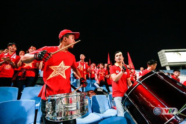 ẢNH: Rực rỡ sắc màu CĐV Việt Nam trước trận gặp ĐT Afghanistan - Ảnh 7.
