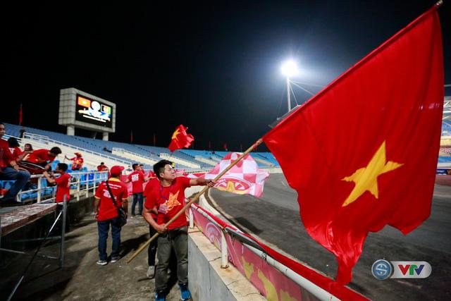 ẢNH: Rực rỡ sắc màu CĐV Việt Nam trước trận gặp ĐT Afghanistan - Ảnh 6.