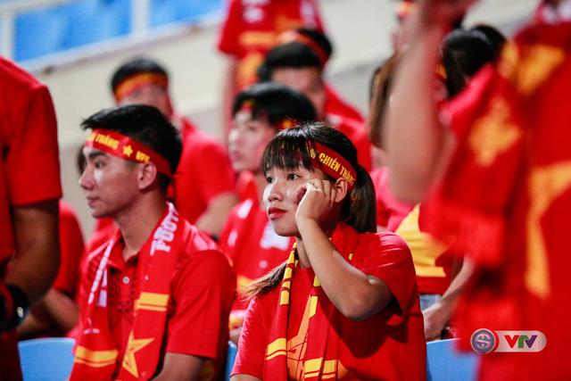 ẢNH: Rực rỡ sắc màu CĐV Việt Nam trước trận gặp ĐT Afghanistan - Ảnh 4.