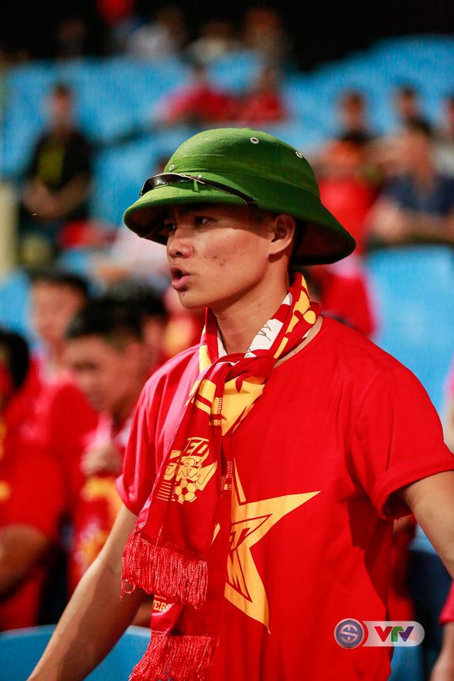 ẢNH: Rực rỡ sắc màu CĐV Việt Nam trước trận gặp ĐT Afghanistan - Ảnh 3.