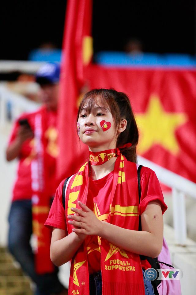 ẢNH: Rực rỡ sắc màu CĐV Việt Nam trước trận gặp ĐT Afghanistan - Ảnh 2.