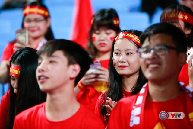 ẢNH: Rực rỡ sắc màu CĐV Việt Nam trước trận gặp ĐT Afghanistan - Ảnh 1.