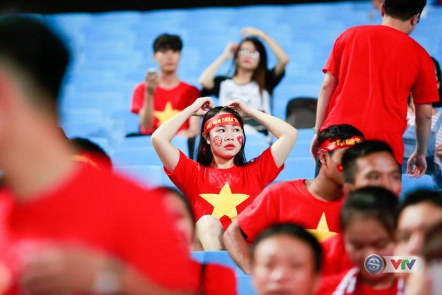 ẢNH: Rực rỡ sắc màu CĐV Việt Nam trước trận gặp ĐT Afghanistan - Ảnh 19.