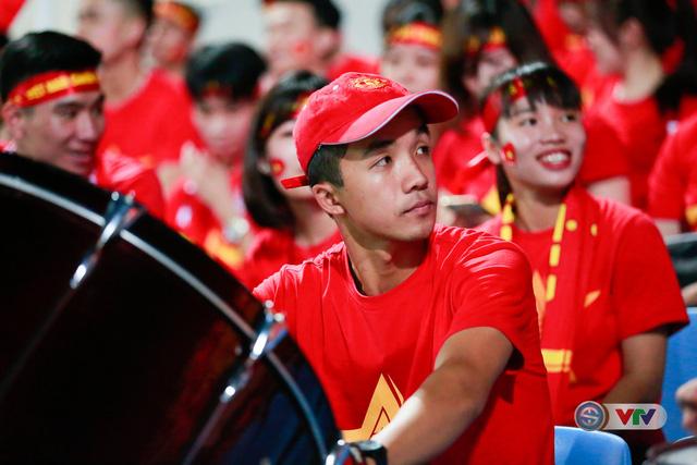 ẢNH: Rực rỡ sắc màu CĐV Việt Nam trước trận gặp ĐT Afghanistan - Ảnh 16.