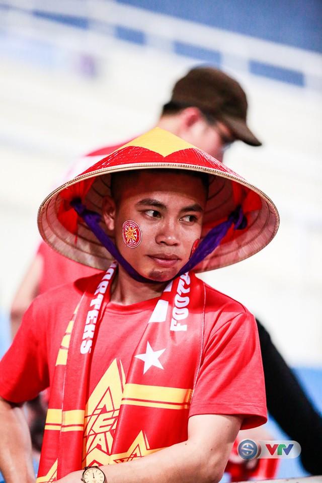 ẢNH: Rực rỡ sắc màu CĐV Việt Nam trước trận gặp ĐT Afghanistan - Ảnh 15.