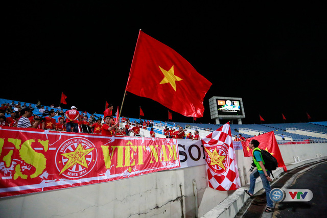 ẢNH: Rực rỡ sắc màu CĐV Việt Nam trước trận gặp ĐT Afghanistan - Ảnh 13.