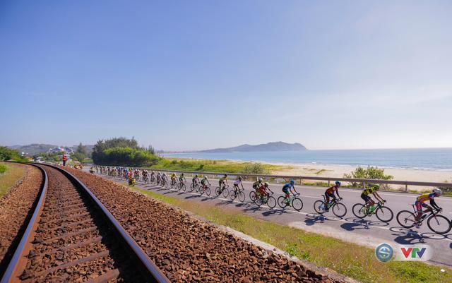 ẢNH: Những khoảnh khắc ấn tượng chặng 9 Giải xe đạp quốc tế VTV Cúp Tôn Hoa Sen 2017 - Ảnh 4.