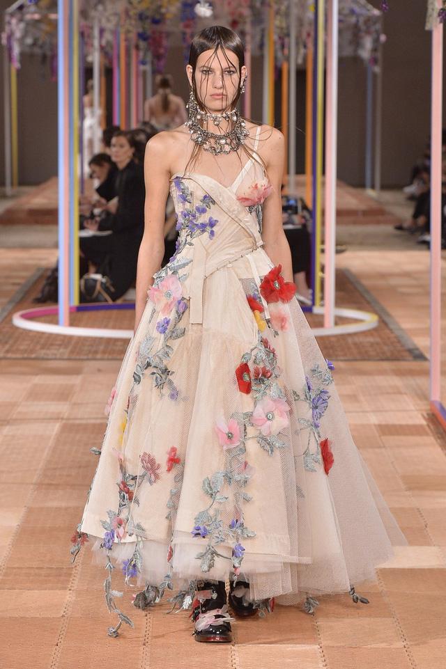 Ngắm những thiết kế váy cưới làm chao đảo Tuần lễ thời trang Paris - Ảnh 9.