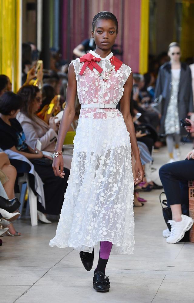Ngắm những thiết kế váy cưới làm chao đảo Tuần lễ thời trang Paris - Ảnh 5.