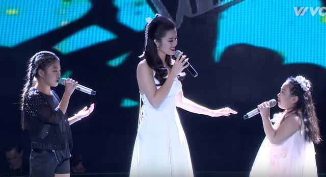 Giọng hát Việt nhí: Được Đông Nhi khen đẹp trai, Soobin thích thú nhảy múa trên ghế nóng - Ảnh 1.