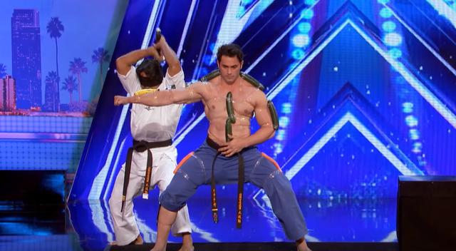 Hãi hùng màn bổ trái cây trên người ở Americas Got Talent 2017 - Ảnh 1.