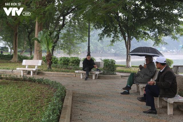 Hà Nội đón tiết trời như Sapa trong buổi sáng mưa lạnh - Ảnh 19.