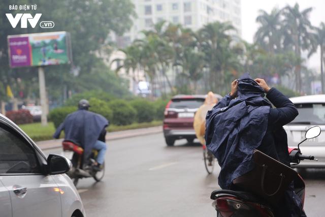 Hà Nội đón tiết trời như Sapa trong buổi sáng mưa lạnh - Ảnh 4.