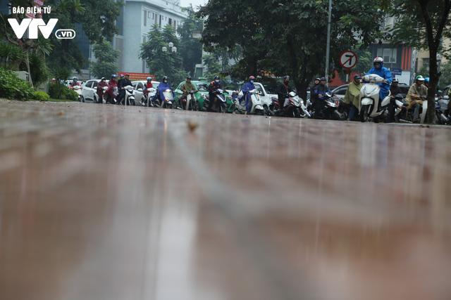 Hà Nội đón tiết trời như Sapa trong buổi sáng mưa lạnh - Ảnh 9.