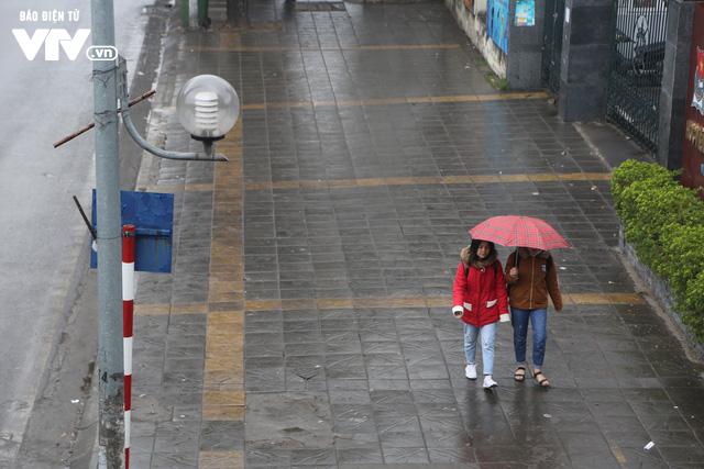 Hà Nội đón tiết trời như Sapa trong buổi sáng mưa lạnh - Ảnh 14.