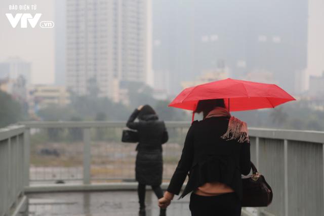 Hà Nội đón tiết trời như Sapa trong buổi sáng mưa lạnh - Ảnh 11.