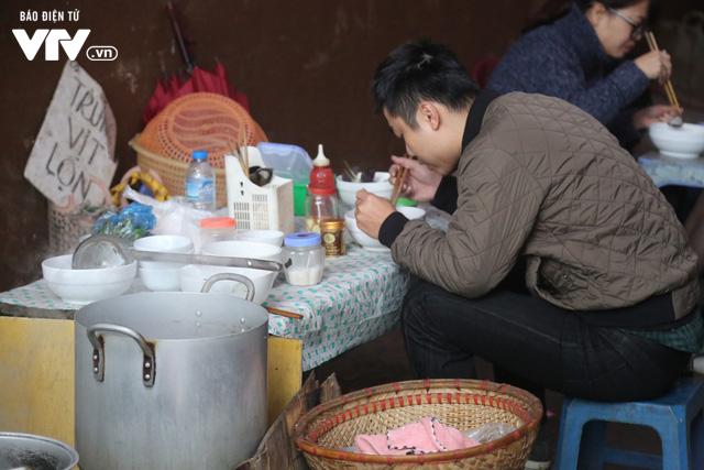 Hà Nội đón tiết trời như Sapa trong buổi sáng mưa lạnh - Ảnh 17.