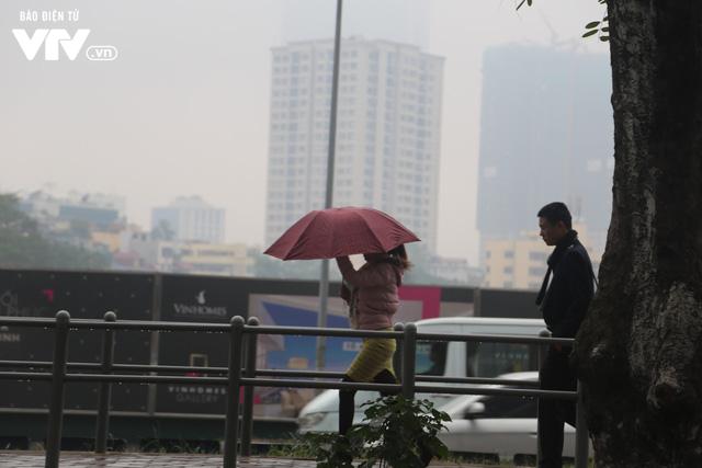 Hà Nội đón tiết trời như Sapa trong buổi sáng mưa lạnh - Ảnh 10.