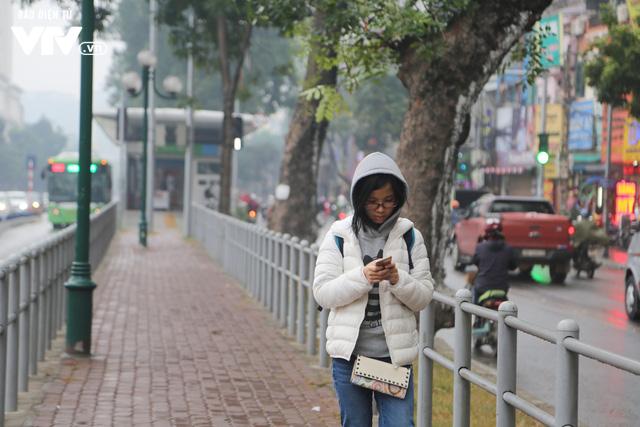 Hà Nội đón tiết trời như Sapa trong buổi sáng mưa lạnh - Ảnh 15.