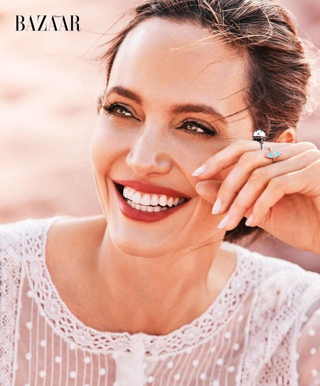 Angelina Jolie vẫn đầy quyền lực, uống trà cạnh hổ báo  - Ảnh 2.