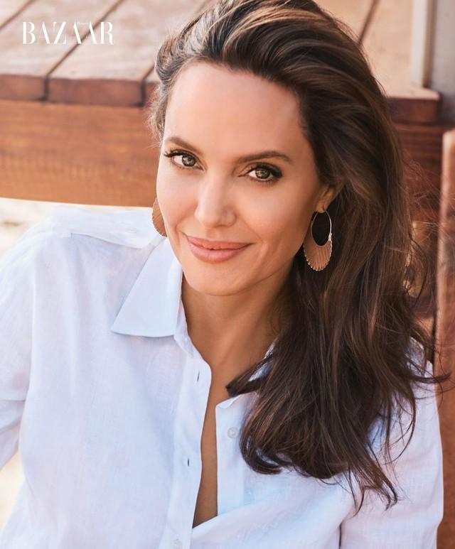 Angelina Jolie vẫn đầy quyền lực, uống trà cạnh hổ báo  - Ảnh 3.