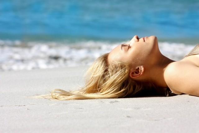 Bí kíp để mái tóc không bị khô và xơ khi đi biển - Ảnh 1.