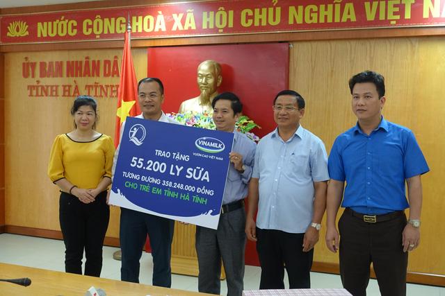 Vinamilk tặng hơn 110.000 hộp sữa cho trẻ em vùng lũ Hà Tĩnh, Quảng Bình - Ảnh 1.