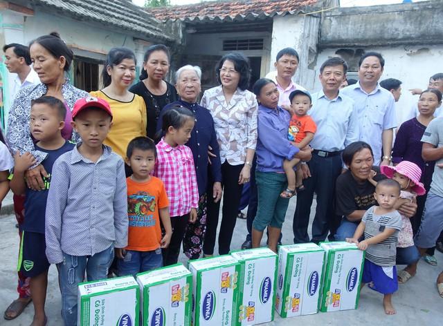 Vinamilk tặng hơn 110.000 hộp sữa cho trẻ em vùng lũ Hà Tĩnh, Quảng Bình - Ảnh 2.