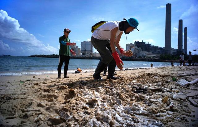 Đóng cửa 13 bãi biển ở Hong Kong (Trung Quốc) sau sự cố tràn dầu - Ảnh 4.