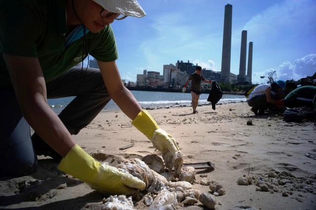 Đóng cửa 13 bãi biển ở Hong Kong (Trung Quốc) sau sự cố tràn dầu - Ảnh 6.