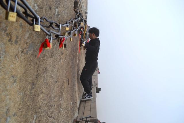 Núi Hoa Sơn - Con đường nguy hiểm nhất thế giới trên ván gỗ - Ảnh 5.