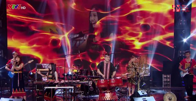 Đêm tiệc cùng sao lên sóng, Xuân Bắc ca hát trong Ban nhạc Việt - Ảnh 7.