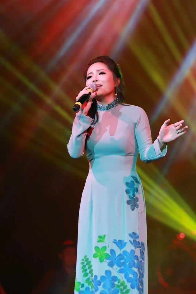 Sao Mai Bạch Trà khoe giọng hát ngọt ngào trong đêm nhạc Vết chân tròn trên cát - Ảnh 3.