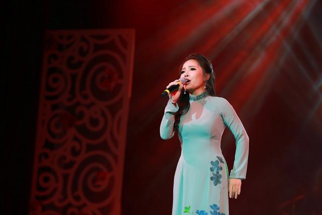 Sao Mai Bạch Trà khoe giọng hát ngọt ngào trong đêm nhạc Vết chân tròn trên cát - Ảnh 2.