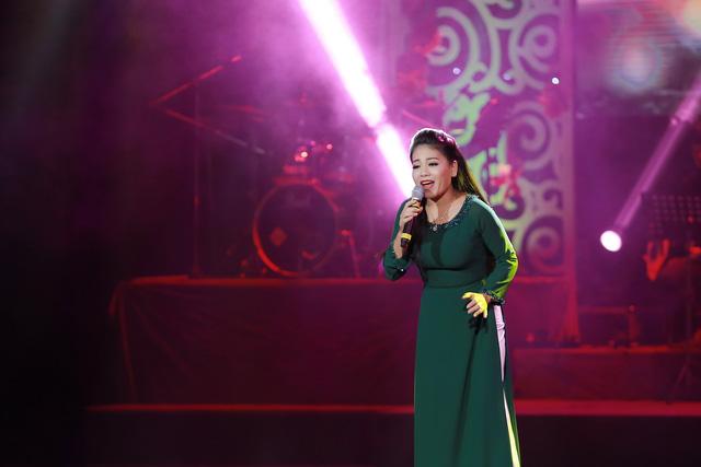 Sao Mai Bạch Trà khoe giọng hát ngọt ngào trong đêm nhạc Vết chân tròn trên cát - Ảnh 4.