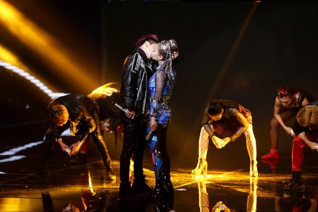 Tronie - MiA bất ngờ hôn nhau đắm đuối trên sân khấu The Remix - Ảnh 4.