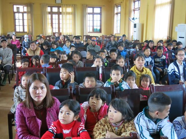 Niềm vui cuối năm dành tặng 70 em học sinh nghèo vượt khó xã Tân Hưng - Ảnh 3.