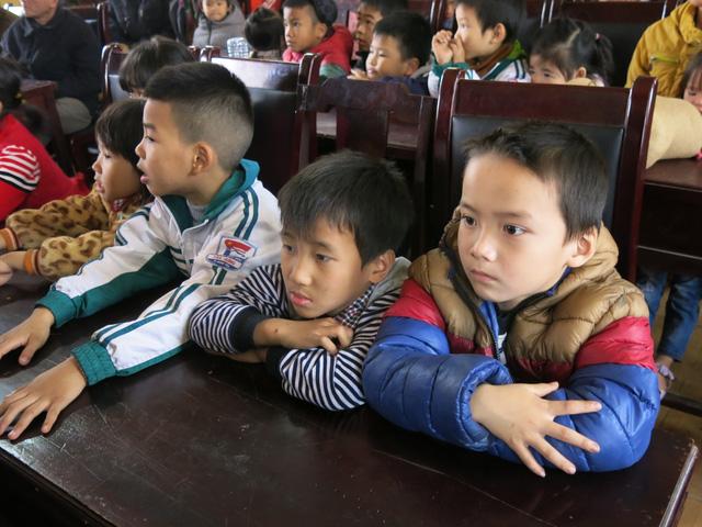 Niềm vui cuối năm dành tặng 70 em học sinh nghèo vượt khó xã Tân Hưng - Ảnh 4.