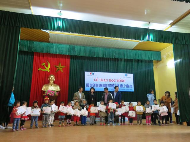 Niềm vui cuối năm dành tặng 70 em học sinh nghèo vượt khó xã Tân Hưng - Ảnh 14.