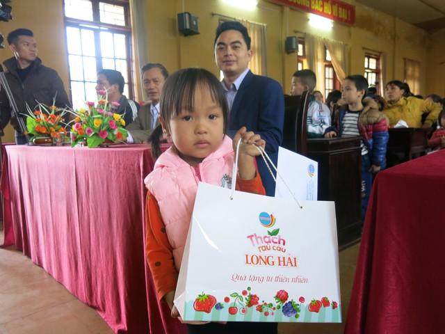 Niềm vui cuối năm dành tặng 70 em học sinh nghèo vượt khó xã Tân Hưng - Ảnh 12.