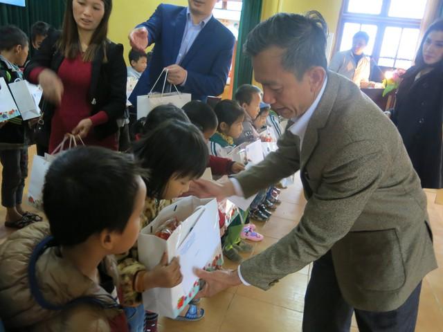 Niềm vui cuối năm dành tặng 70 em học sinh nghèo vượt khó xã Tân Hưng - Ảnh 10.