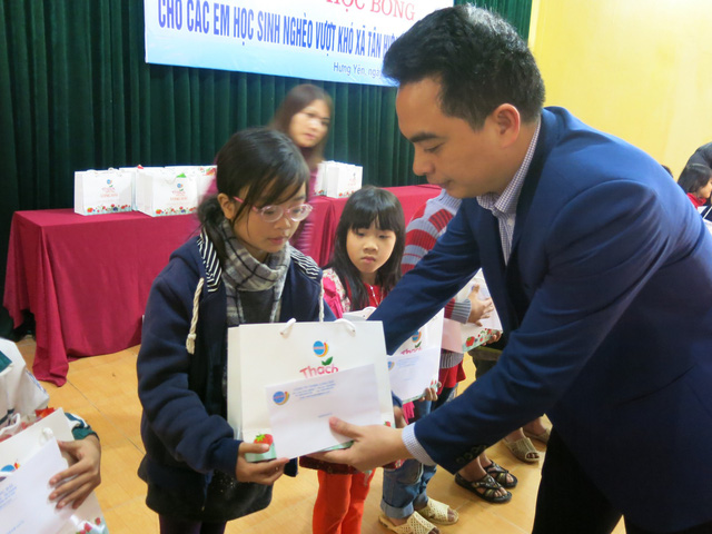 Niềm vui cuối năm dành tặng 70 em học sinh nghèo vượt khó xã Tân Hưng - Ảnh 7.