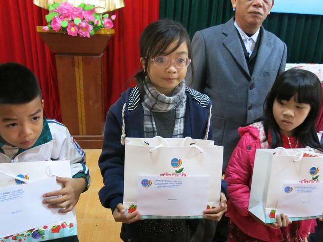 Niềm vui cuối năm dành tặng 70 em học sinh nghèo vượt khó xã Tân Hưng - Ảnh 11.