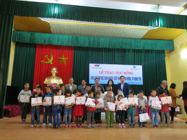 Niềm vui cuối năm dành tặng 70 em học sinh nghèo vượt khó xã Tân Hưng - Ảnh 8.