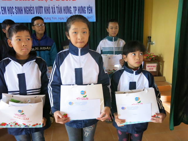 Niềm vui cuối năm dành tặng 70 em học sinh nghèo vượt khó xã Tân Hưng - Ảnh 13.