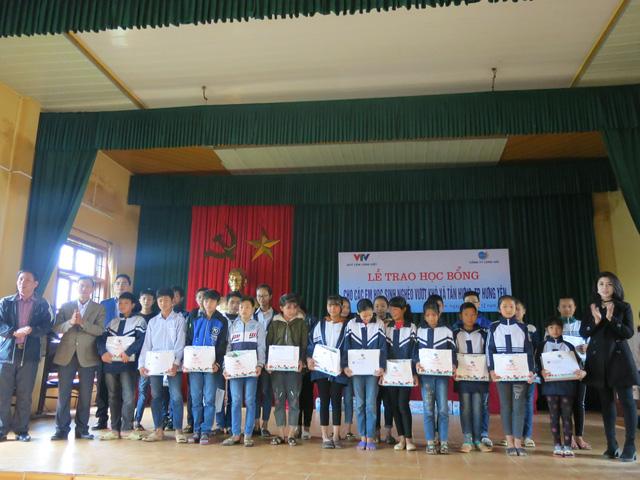 Niềm vui cuối năm dành tặng 70 em học sinh nghèo vượt khó xã Tân Hưng - Ảnh 9.
