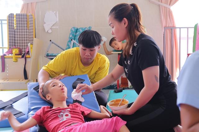 Việt Hương cúi đầu nể phục diễn viên Quốc Tuấn - Ảnh 6.