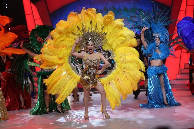 Việt Hương diện đồ gợi cảm, quẩy tưng bừng cùng top 9 Bước nhảy ngàn cân - Ảnh 1.