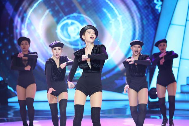 Minh Hằng khoe vòng eo con kiến trong chung kết Bước nhảy ngàn cân 2017 - Ảnh 2.