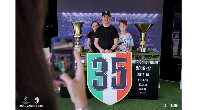 Chùm ảnh: Người hâm mộ háo hức tham dự buổi lễ trưng bày của Juventus tại Cardiff - Ảnh 14.